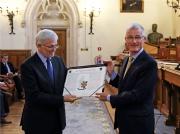 10 mei 2014: Vlaams minister Geert Bourgeois overhandigt het wapenschild van het Genootschap aan voorzitter Andre Vandewalle