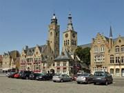 Diksmuide: Markt met stadhuis en toren van de Sint-Niklaaskerk